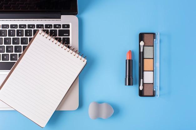 Odgórny Widok Kosmetyki I Laptop Na Błękitnym Tle Darmowe Zdjęcia