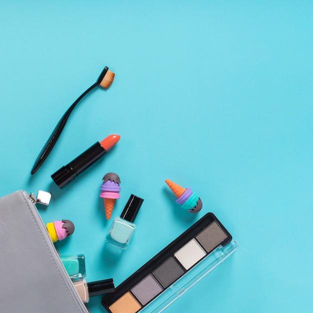 Odgórny Widok Kosmetyki Na Błękitnym Tle Darmowe Zdjęcia