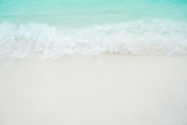 Odgórny Widok Piaska I Wody Czysta Plaża I Biały Piasek W Lecie Z Słońca Bławym Niebem I Bokeh Tłem. Premium Zdjęcia