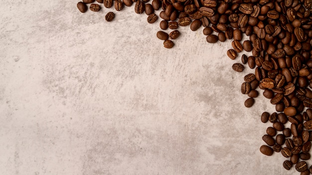 Odgórny Widok Piec Kawowe Fasole Z Kopii Przestrzenią Premium Zdjęcia
