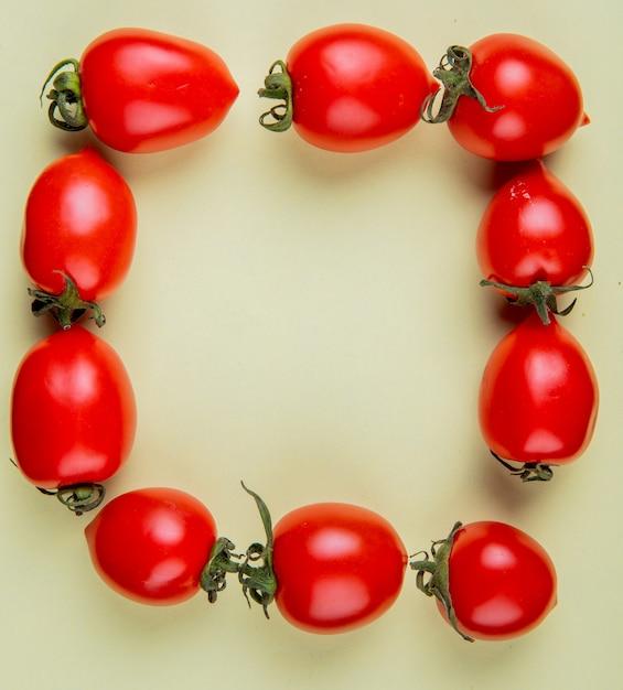 Odgórny Widok Pomidory Ustawiający W Kwadratowym Kształcie Na Kolor żółty Powierzchni Z Kopii Przestrzenią Darmowe Zdjęcia