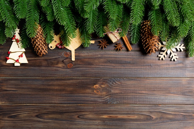 Odgórny Widok Rama Robić Jedlinowe Gałąź I Wakacyjne Dekoracje Na Drewnianym Tle. Bożenarodzeniowy Pojęcie Z Pustą Przestrzenią Dla Twój Projekta Premium Zdjęcia