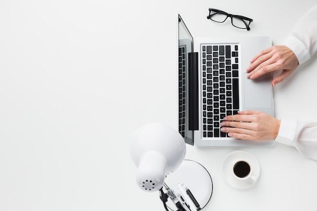 Odgórny Widok Ręki Na Laptopie Przy Pracy Biurkiem Z Kopii Przestrzenią Darmowe Zdjęcia