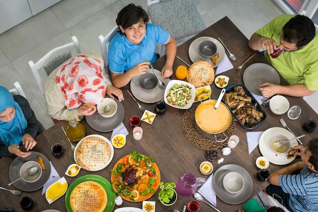 Odgórny Widok Rodzina I Przyjaciele Je Jedzenie Na Stole Premium Zdjęcia