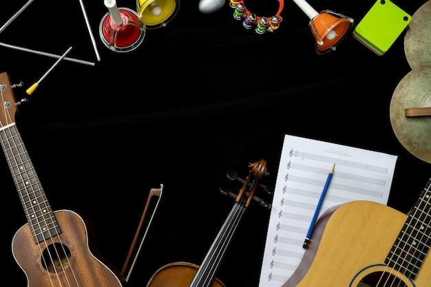 Odgórny Widok Skrzypcowa Gitara I Ukulele Z Instrumentami Perkusyjnymi Na Czarnym Tle Premium Zdjęcia