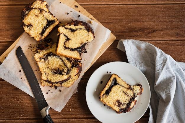 Odgórny widok słodkiego chleba plasterki na drewnianym stole Darmowe Zdjęcia
