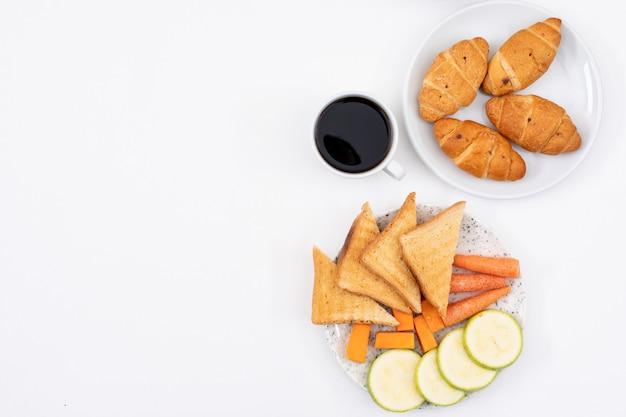 Odgórny Widok śniadanie Z Croissants, Płatkami Kukurydzanymi I Kawą Z Kopii Przestrzenią Na Białym Tle Horyzontalnym Darmowe Zdjęcia