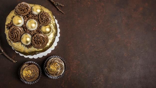 Odgórny Widok Tort Z Babeczkami I Kopii Przestrzenią Premium Zdjęcia