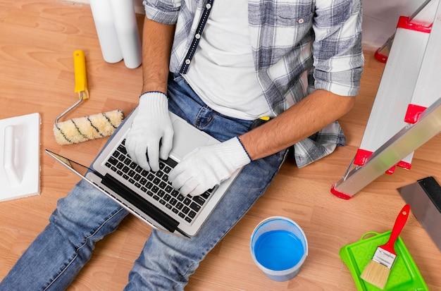Odgórny Widok Trzyma Laptop Młody Człowiek Darmowe Zdjęcia