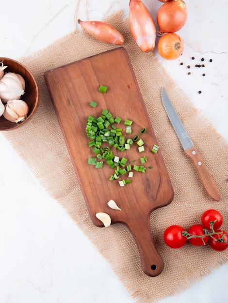 Odgórny Widok Warzywa Jak Rżniętą Cebulę Na Tnącej Deski Czosnku Pomidorze Z Nożem Na Białym Tle Z Kopii Przestrzenią Darmowe Zdjęcia