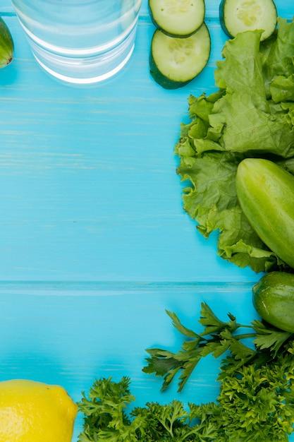 Odgórny Widok Warzywa Jako Ogórkowa Sałata Kolendra Z Detox Wodą I Cytryną Na Błękit Powierzchni Darmowe Zdjęcia