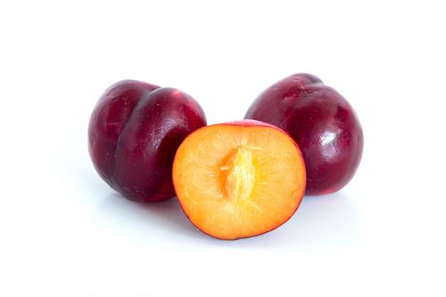 Odizolowywający świeża Czerwona Czereśniowa śliwka Na Biel Powierzchni Premium Zdjęcia