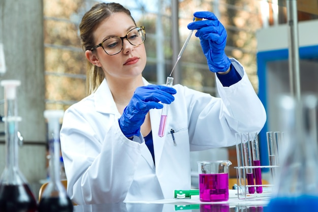 Odkrycie Eksperymentu Biotechnologicznego Analizujące Test Laboratoryjny Premium Zdjęcia