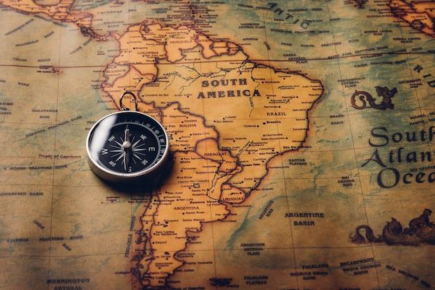 Odkrycie Starego Kompasu Na Mapie świata Antycznego Papieru Vintage Premium Zdjęcia