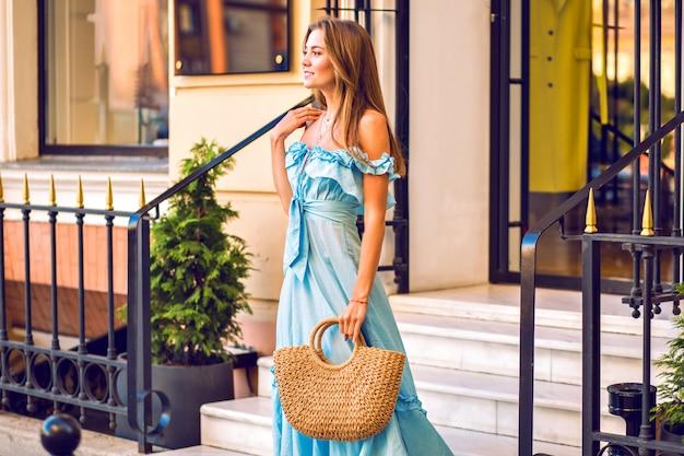 Odkryty Moda Portret Eleganckiej Kobiety Noszącej Wzburzyć Modną Niebieską Sukienkę Darmowe Zdjęcia