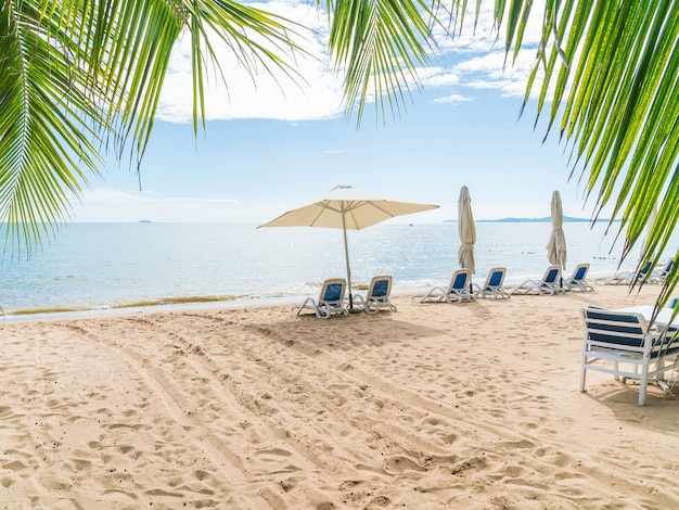 Odkryty Z Parasolem I Krzesło Na Pięknej Tropikalnej Plaży I Morza Darmowe Zdjęcia