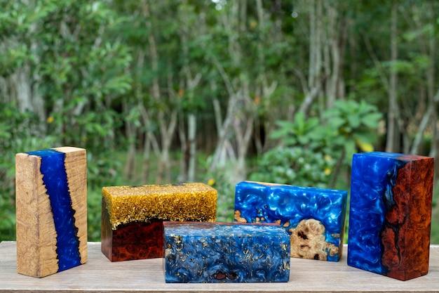 Odlewanie Kostki Drewna Z żywicy Epoksydowej Na Stole Artystycznym, Natura Drewniana Premium Zdjęcia