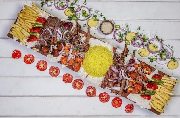 Odmiana Kebab Mięsny Z Grillowanymi Warzywami I Surówką Na Białym Stole Darmowe Zdjęcia