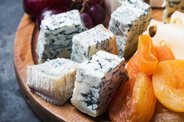 Odmiana serów z winogronami i suszonymi owocami Premium Zdjęcia