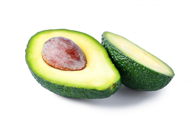 Odosobniony Avocado Na Białym Tle. Pojedyncze Owoce Tropikalne Premium Zdjęcia