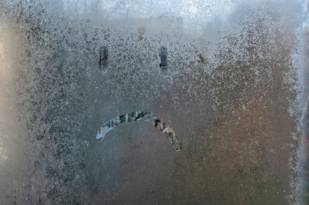 Odręczny Napis Na Szklanej Smutnej Twarzy Premium Zdjęcia