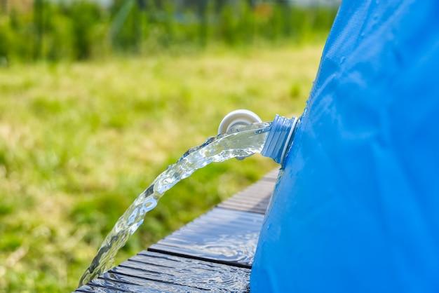 Odwodnienie Wody Z Zewnętrznego Nadmuchiwanego Basenu. Koncepcja Pielęgnacji Nadmuchiwanego Basenu. Premium Zdjęcia