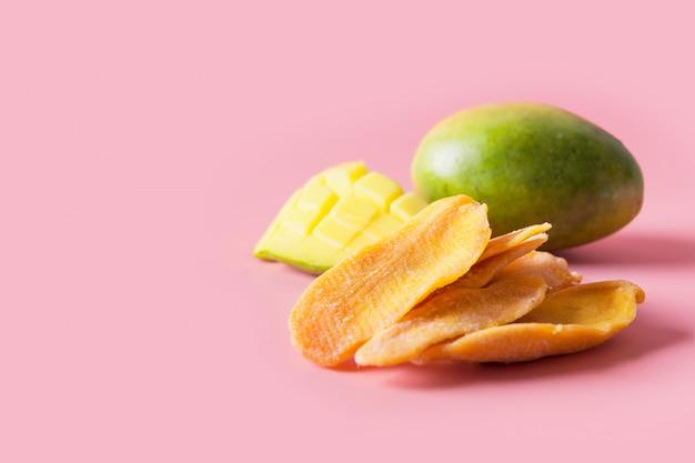Odwodnione I Suszone Chipsy Z Mango Na Różowo Z Bliska Premium Zdjęcia