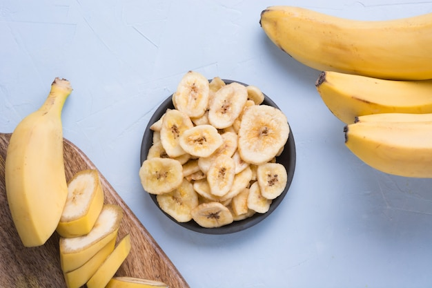 Odwodnione, Suszone Chipsy Bananowe Na Jasnym Tle. Widok Z Góry. Premium Zdjęcia