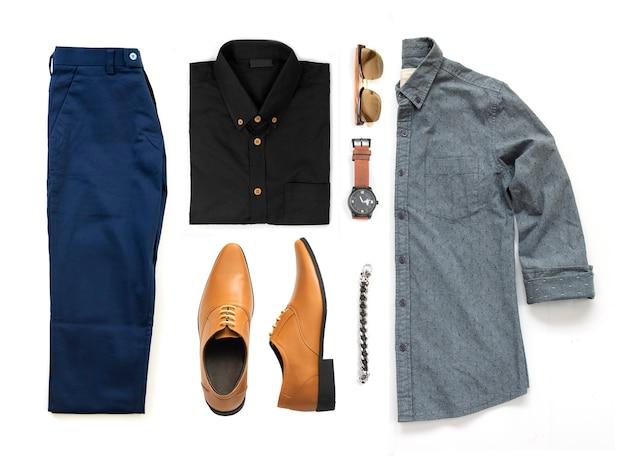 Odzież męska z żółtymi butami, zegarkiem, spodniami, okularami przeciwsłonecznymi, koszulą biurową i bransoletą na białym tle na białym tle, widok z góry Premium Zdjęcia