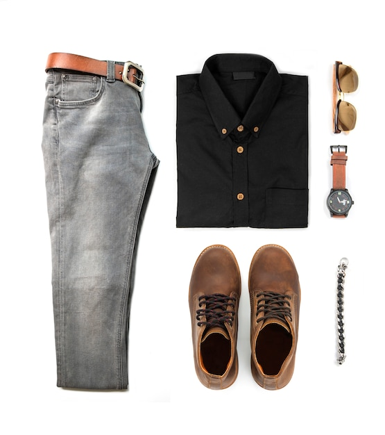 Odzież męska zestaw z czarne buty, zegarek, dżinsy, okulary przeciwsłoneczne, koszula biurowa i bransoletka na białym tle na białym tle, widok z góry Premium Zdjęcia