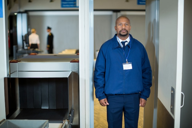 Oficer Ochrony Lotniska Stojący W Drzwiach Wykrywacza Metali Darmowe Zdjęcia