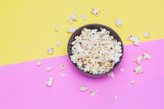 Oglądany z góry solonego popcornu w misce, widok z góry Premium Zdjęcia