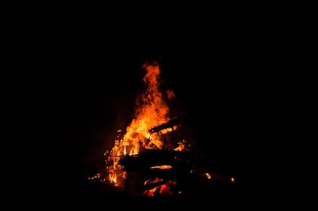 Ognisko Palenie Drzew W Nocy. Ognisko Płonące Jasno, Upał, światło, Biwak, Wielkie Ognisko. Premium Zdjęcia