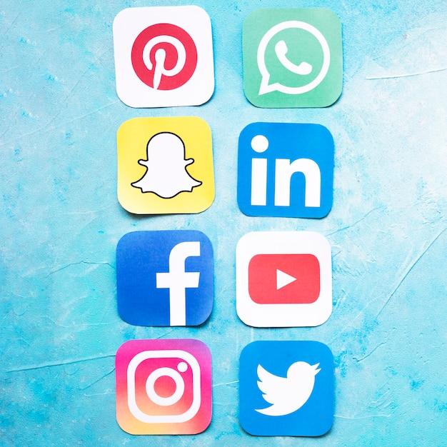 Ogólnospołeczne medialne ikony układali z rzędu nad błękitnym tłem Darmowe Zdjęcia
