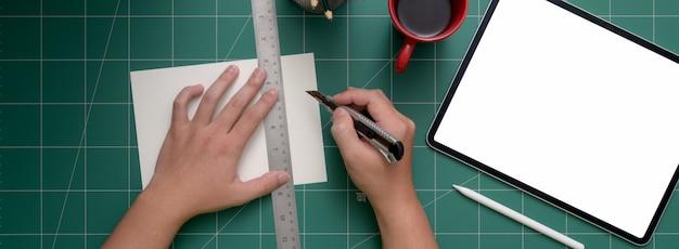 Ogólny Strzał Studenckiego Cięcia Papieru Za Pomocą Noża Do Cięcia Na Matę Premium Zdjęcia