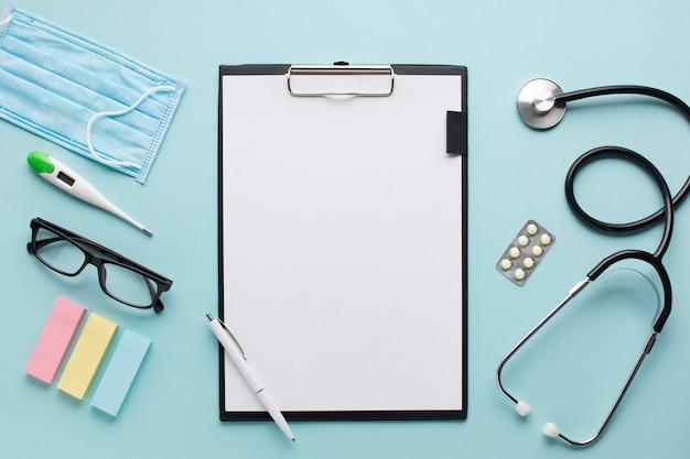 Ogólny widok opieki zdrowotnej akcesoria w pobliżu schowka z papieru deski i okulary na tle Darmowe Zdjęcia