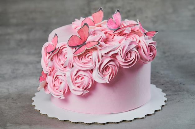 Ogólny Widok świeżo Upieczonego Ciasta Ozdobionego Różowymi Różami Cukru Pudru Wystawionego Na Stojaku Na Ciasto Na Czarnym Tle Z Copyspace. Premium Zdjęcia