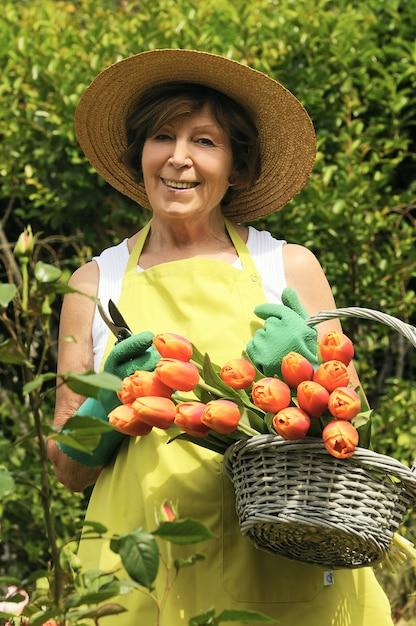 Ogrodnik Kobieta Z Kwiatami Premium Zdjęcia