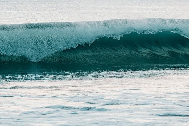 Ogromna Fala Surfingowa Rozbijająca Się O Morze W Jasny Dzień Z Miejscem Na Kopię Premium Zdjęcia