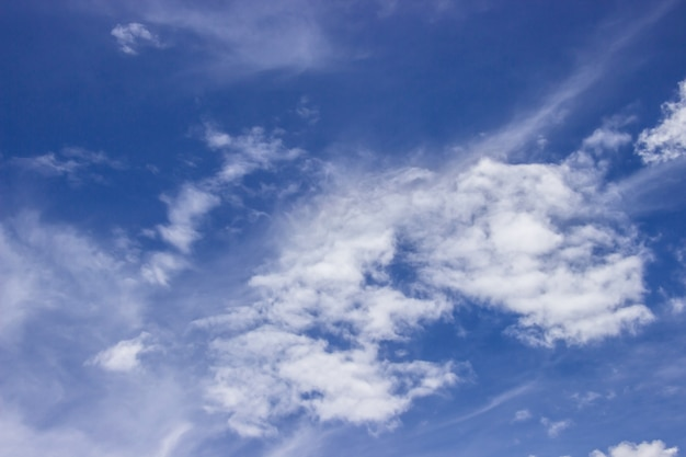 Ogromne Błękitne Niebo Jest Jasne I Piękne Białe Chmury Na Tle. Premium Zdjęcia