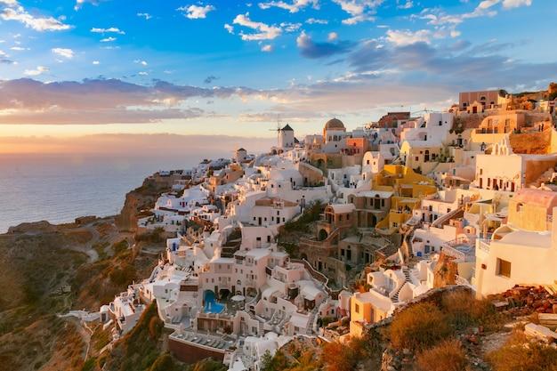 Oia Lub Ia O Zachodzie Słońca, Santorini, Grecja Premium Zdjęcia
