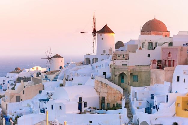 Oia Przy Zmierzchem, Santorini, Grecja Premium Zdjęcia