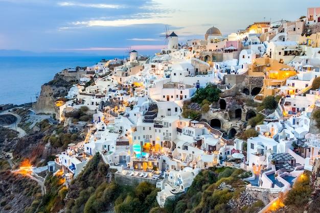 Oia Wioska Przy Zmierzchem W Santorini Wyspie, Grecja Premium Zdjęcia