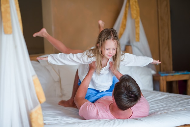 Ojciec bawić się z córką bawić się w domu Premium Zdjęcia