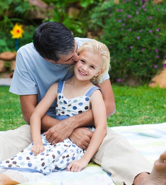 Ojciec Całuje Jego Córki W Ogródzie Premium Zdjęcia