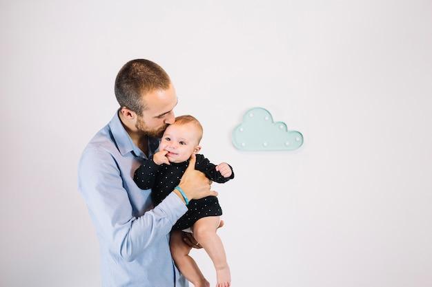 Ojciec Całuje Słodkie Dziecko Darmowe Zdjęcia
