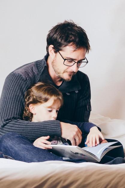 Ojciec czyta historię córce Darmowe Zdjęcia