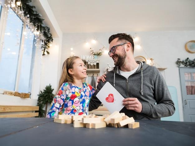 Ojciec i córka bawić się drewnianymi blokami Darmowe Zdjęcia