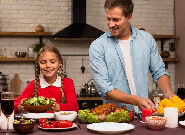 Ojciec i córka przygotowuje posiłek Darmowe Zdjęcia