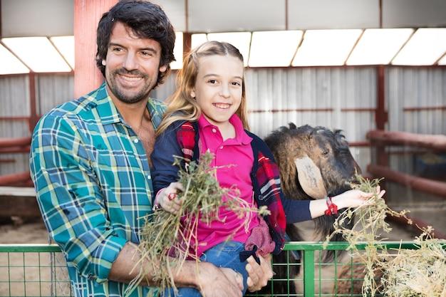 Ojciec I Córka Przyjmowania Pożywienia Dla Zwierząt Darmowe Zdjęcia